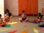 ילדות יוגה דהרמה בהופעה